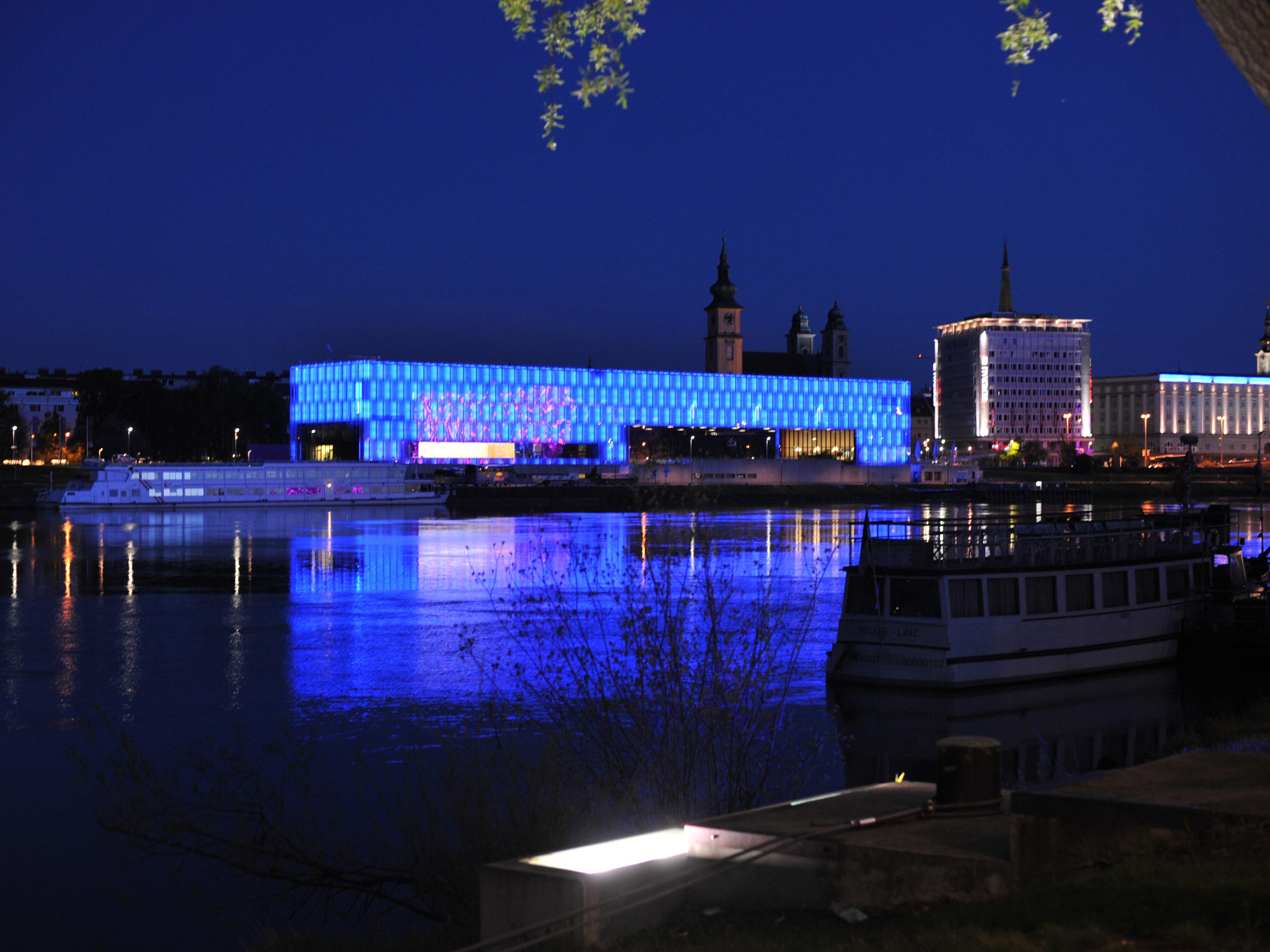 Linz Lentos bei Nacht / © Ailura